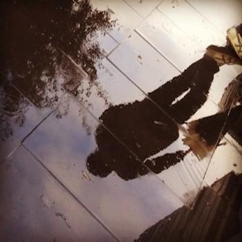 uomo solo sucio vagabondo ombra acqua pioggia pozzanghera